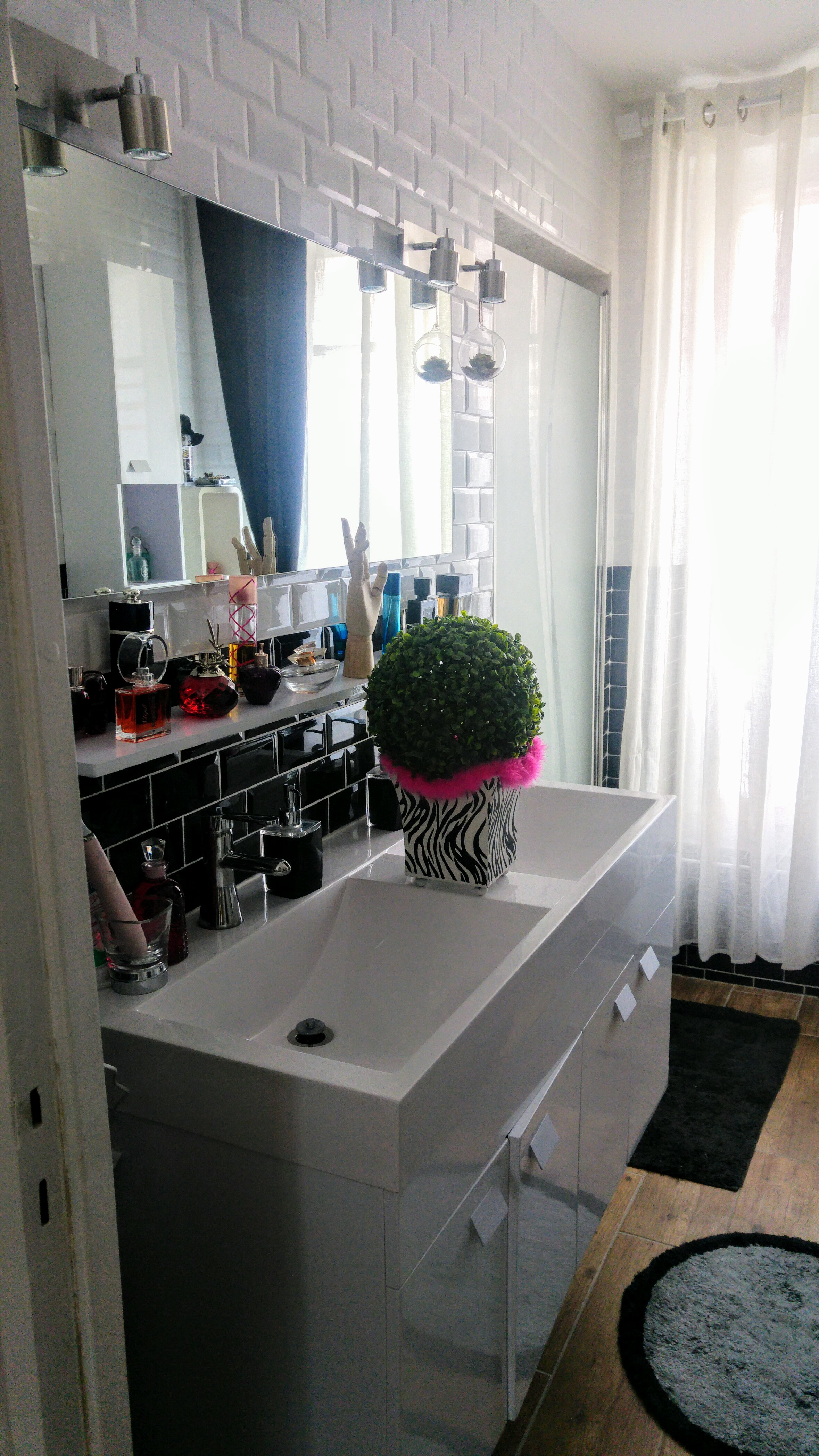 Avant apr s salle de bain design missglamazone - Carrelage metro noir et blanc ...