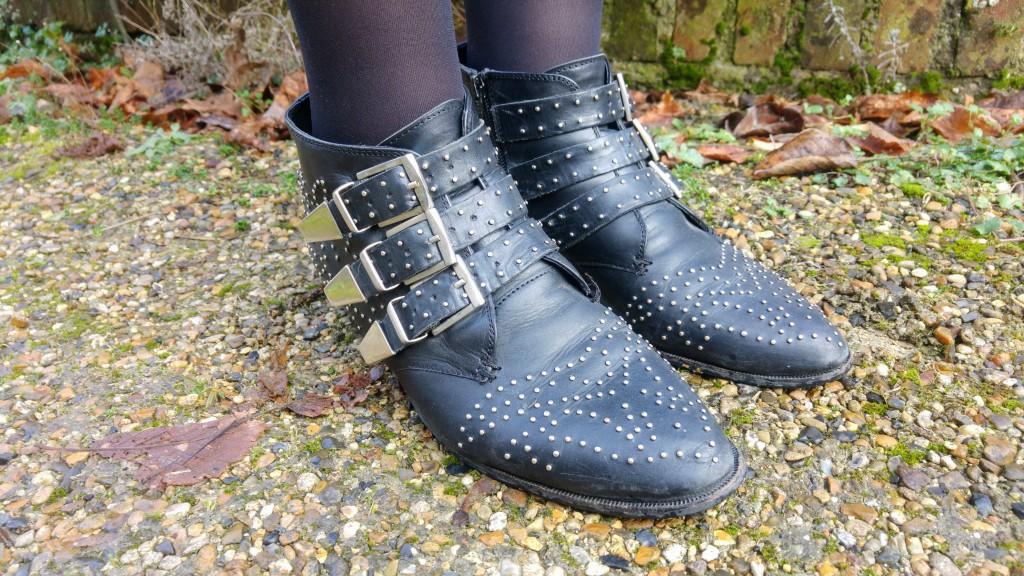Look, ootd, tenue du jour, ootn, bandana, chemise noire, chemise imprimée, chemise rock, new yorker, jupe jean noir, jupe seventies, jupe 60's, jupe jean boutonnée, boots cloutée, boots chloé, boots office, sac pompon, pompon gris, sac bandoulière, babou, blog mode, blogueuse mode, lookbook