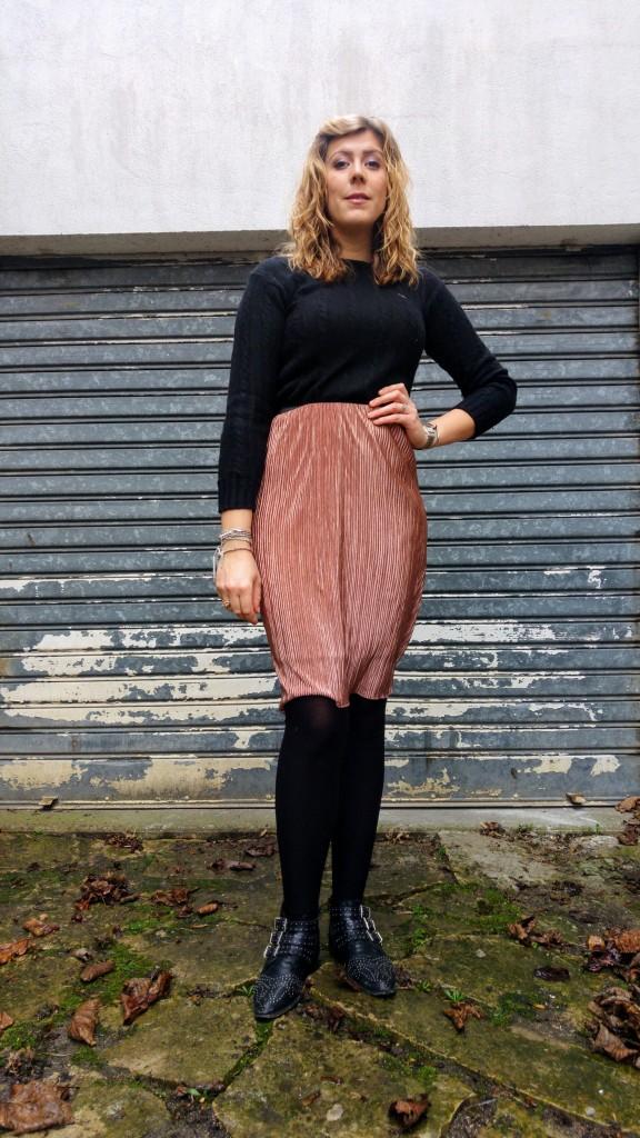 jupe rose gold, accessoire rose gold, babou, burberry, boots chloé, boots office, parfois, boucles d'oreilles géométriques, look du jour, ootd, ootn, look soirée, jupe plissée métal, jupe métalisée, look tendance femme, blog mode, blogueuse mode, lookbook