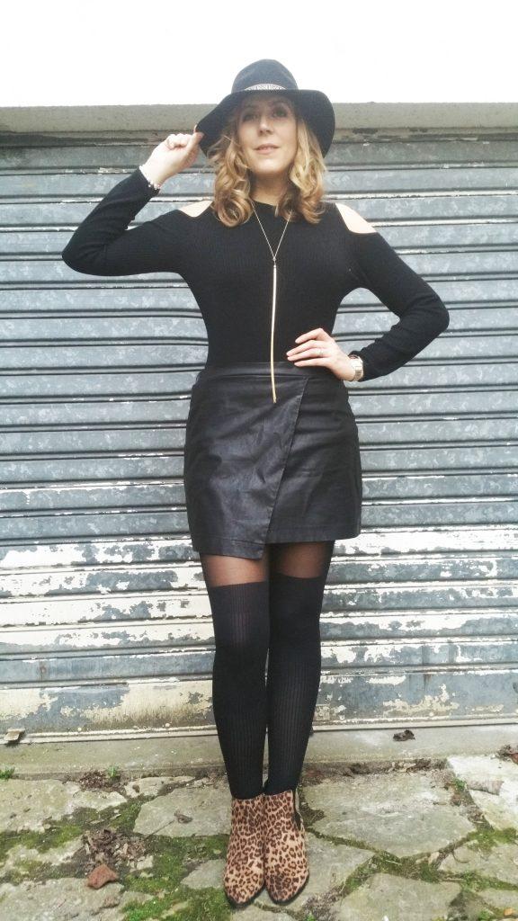 pull épaule dénudées, cut out sweater, h&m, fouet collier, bijou sexy, 5à nuances de grey, pasage du désir, fédora ethnique, derhy, jupe en cuir, jupe asymétrique, la redoute, bottines léopard, primark, pas cher, look, ootd, ootn, outfit, tenue du jour, look tendance, tenue de soirée entre copines, blog mode, blogueuse mode