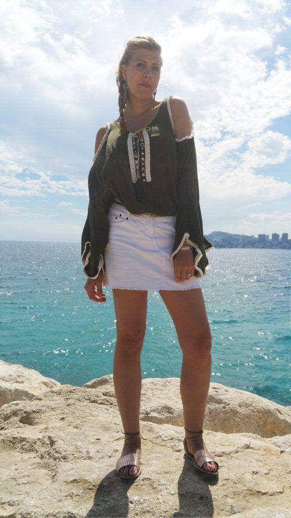 Babou, mango, primark, Londres, espagne, vacances, tenue de vacances, blouse bohème, épaules dénudées, cut out shirt, jupe en jean blanc, tresse africaine facile, coiffure de plage, ootd, tenue du jour, look tendance en vacances, look festival, coachella style, blog mode, blogueuse mode