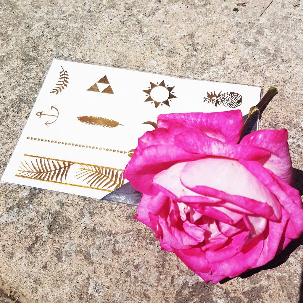 Glossybox, summer 17, summer bag 2017, indispensables été, essentiels de plage, routine make up été, Tatouages éphémères MON JOLI SAUTOIR, Small Contouring Face Brush LUXIE, Gommage corps Vitalité LILAS BLANC, Daily Sunscreen Cream YOUTH LAB, Wrap jambes légères QIRINESS,  After Sun Lotion MONUSpa, Actipur Solution Micellaire Nettoyante Purifiante NOREVA, Aloha Eau de Beauté monoï DE BRUYÈRE PARIS, lait hydratant corps à l'huile PALMER'S, Mascara XXL Glamolash RADIAL, élastiques PAPANGA, Hoola Poudre bronzante BENEFIT , avis, test, revue, blog beauté, blogueuse beauté paris