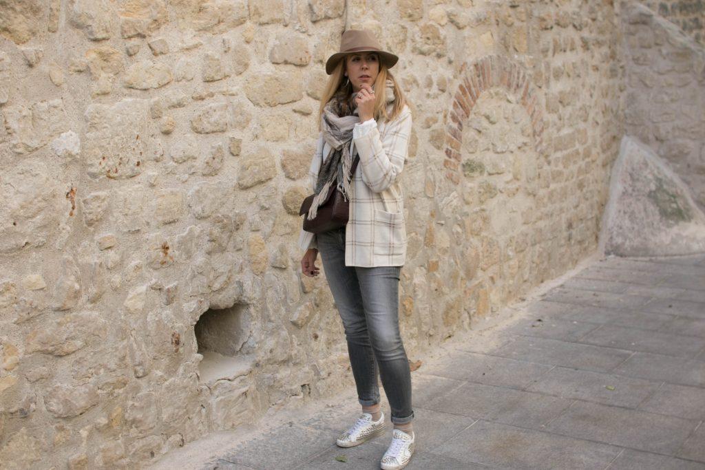 Look doudou, casual look, ootd, winter look, tenue d'hiver, blanc d'hiver, look beige hiver, look clair hiver, tenue claire hiver, vintage, slim gris, veste à carreaux, sac croco, maxi echarpe, golden goose, philipp model, baskets cloutées, chapeau beige, fedora, ootd, tenue du jour, style d'un jour, lookbook, blode mode, blogueuse mode