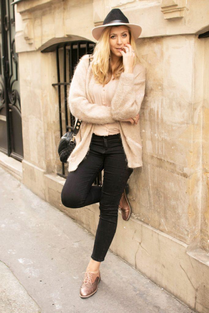 Ootd, ootn, look, look tendance, tenue du jour, inspiration look femme, blog mode, blogueuse mode, blog paris, jean oeillets, jean piercing, pimkie, chemise dentelle, chemise dos nu, chemise dos dentelle, american retro, gilet coconing, gilet fluffy, gilet vintage, look vintage, kiloshop, chapeau bicolore, chapeau rose, h&m, derbies cuivrées, chaussures gold, babou, tendance mode 2018
