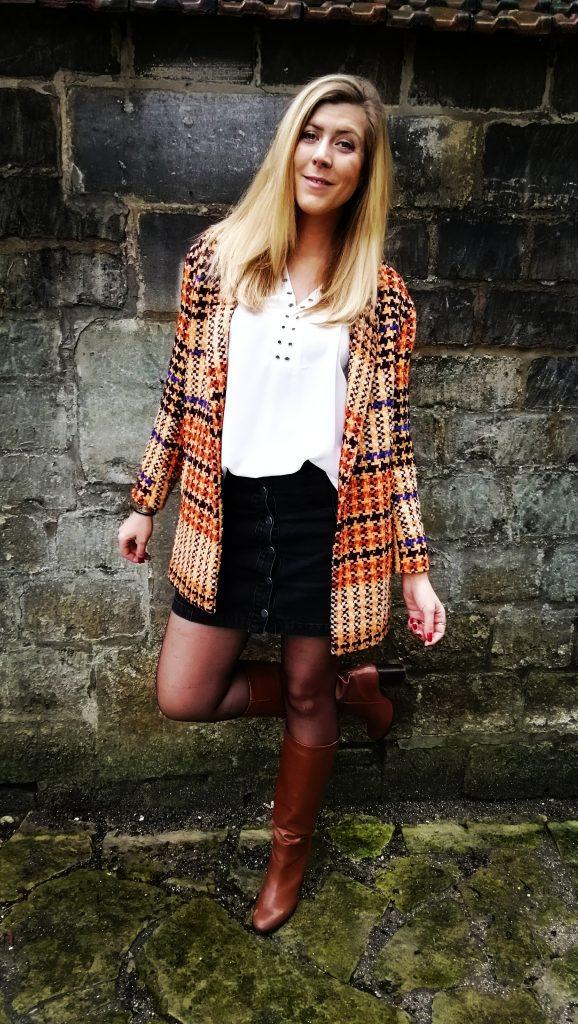 ootd, look du jour, tenue du jour, look paris, parisienne style, look seventies, manteau coloré, bottes vintages, bottes camel, bottes gold, jupe jean boutonnée, jupe seventies, look rétro, comment porter un look vintage, blog mode, blogueuse mode