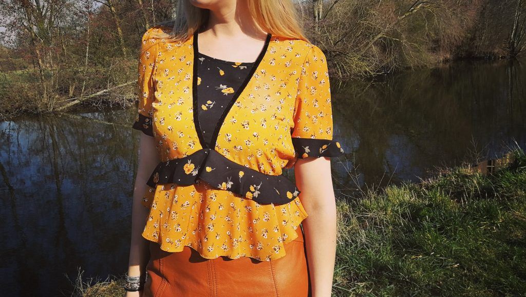 ootd, look, lookbook, blog mode, blogueuse mode, jupe en cuir, look vintage, bottes lacées, bottes suédine, col claudine, chemise volants, veste jaune