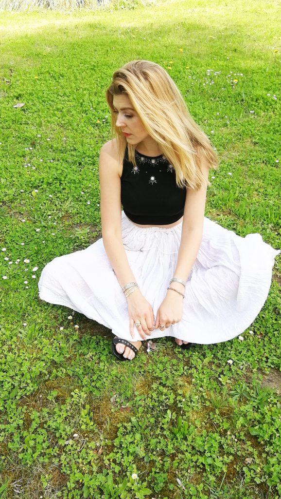 crop top, look bohème, look gipset, tenue du jour, look du jour, jupe boheme, look boho, style boheme, sandales clous, sandales oeillets, boucles d'oreilles marbre, look été femme, tenue d'été femme, black & white, noir et blanc, blog mode, blogueuse mode