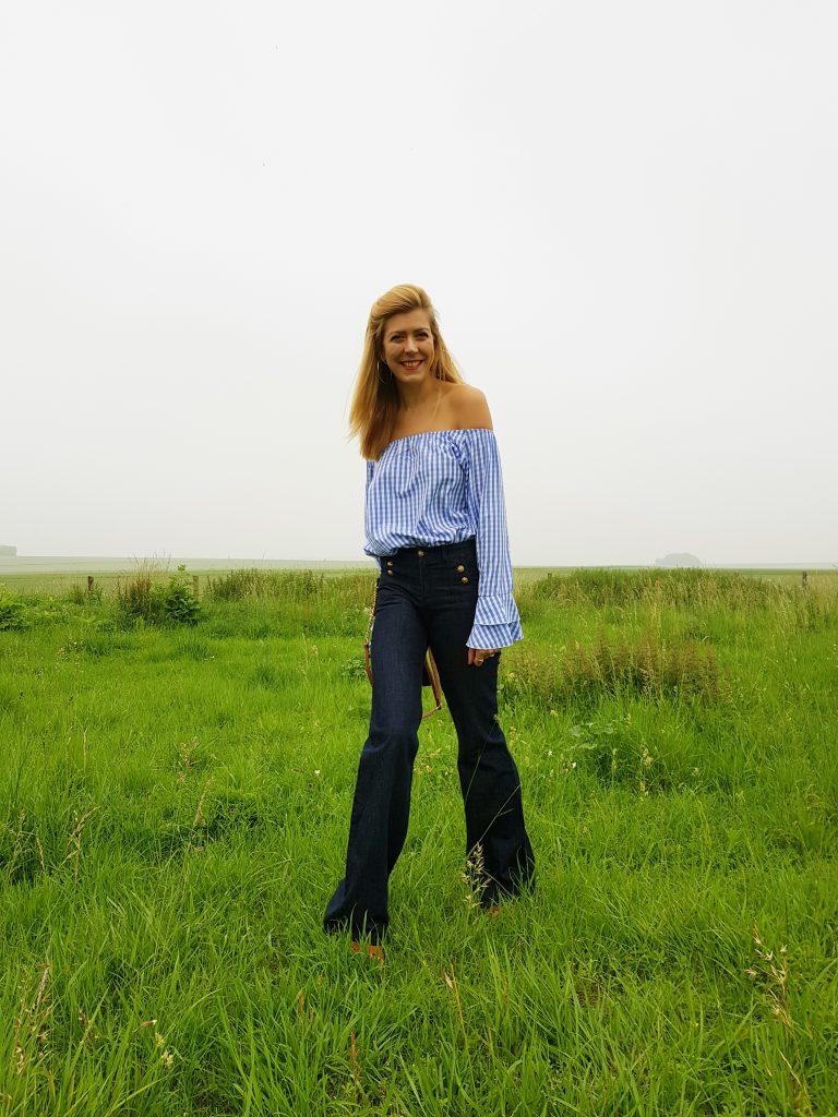 jean flare, jean à ponts, top bardot, blouse vichy, blouse rétro, blouse romantique, sandales compensées, look seventies, look inspiration vintage, look rétro, blog mode, blogueuse mode