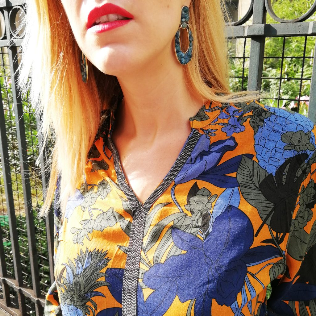look, ootd, tenur canicule, look blogueuse mode, idée look canicule, tenue été au bureau, style du jour, blog mode, blogueuse mode, jupe en jean, tennis en jean, tunique tropicale, porter du jaune moutarde, bijoux vintage