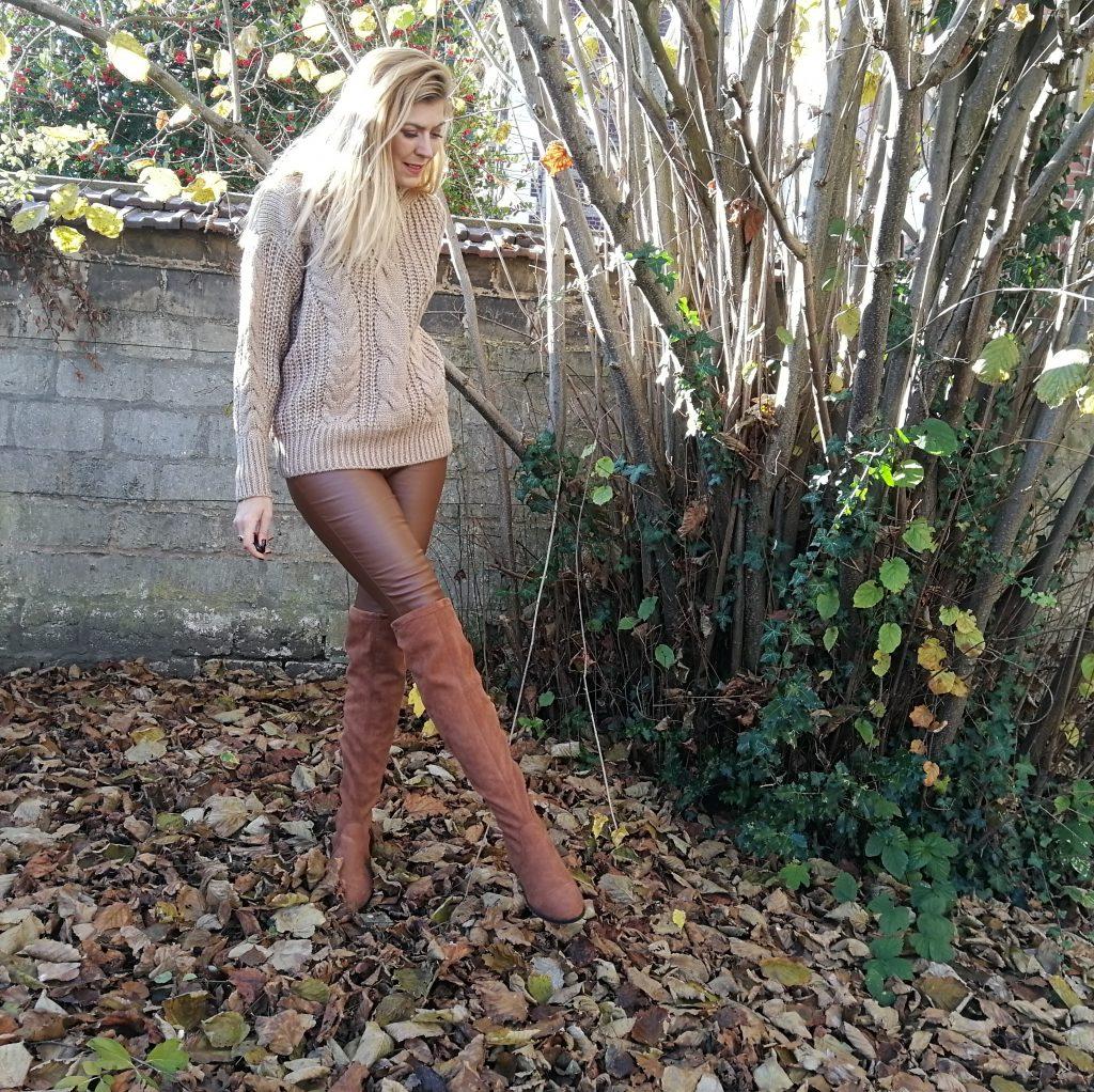 look automne, tenue beige, slim enduit, cuir camel, cuissardes camel, pull irlandais, boucles d'oreilles perles, tenue hiver, look foret, shooting nature
