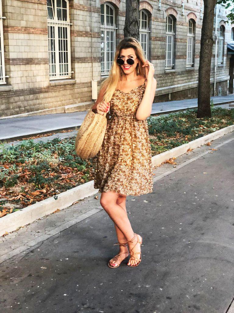 outfit, look du jour, tenue du jour, look canicule, look d'été, tendance été 2019, robe fleurie, robe liberty, robe dos nu, sac raphia, lunettes rondes, boucles d'oreiles labradorite, spartiates, look boho, look boheme, blog mode Paris, blogueuse mode